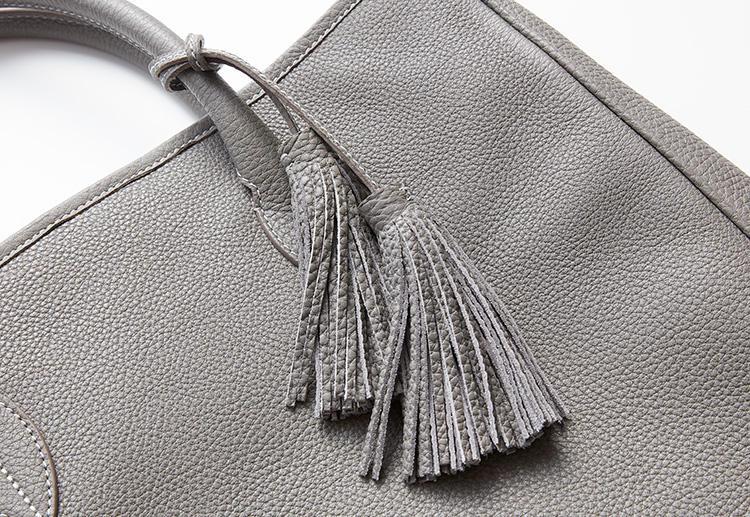 <strong>唯一の装飾であるタッセルがアイコン</strong><br />上流階級の装飾として知られるタッセルは、この鞄で唯一のアクセサリー。もちろん取り外すこともできる。