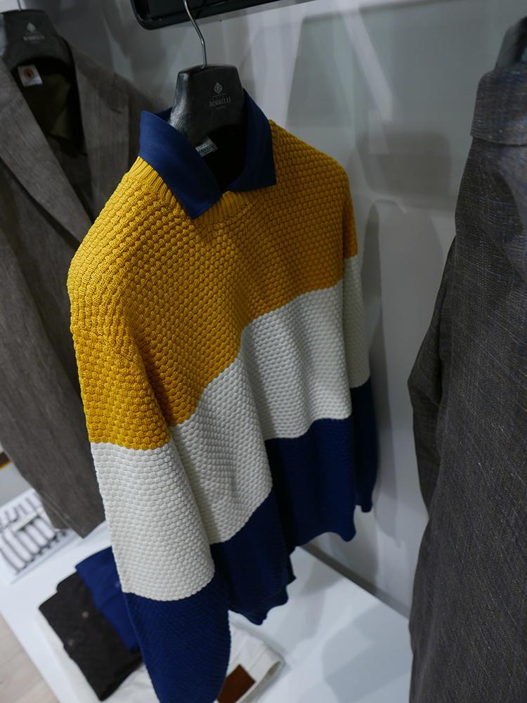 こちらもルイジ ボレッリ。イエロー、白、ネイビーのボーダーニットを、同じくネイビーポロで襟元のコントラストを美しく。