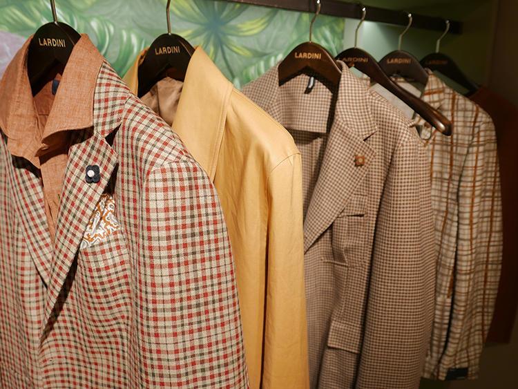 こちらはラルディーニ。オレンジが効いたチェックジャケットには、ブラウンのシャツをイン。
