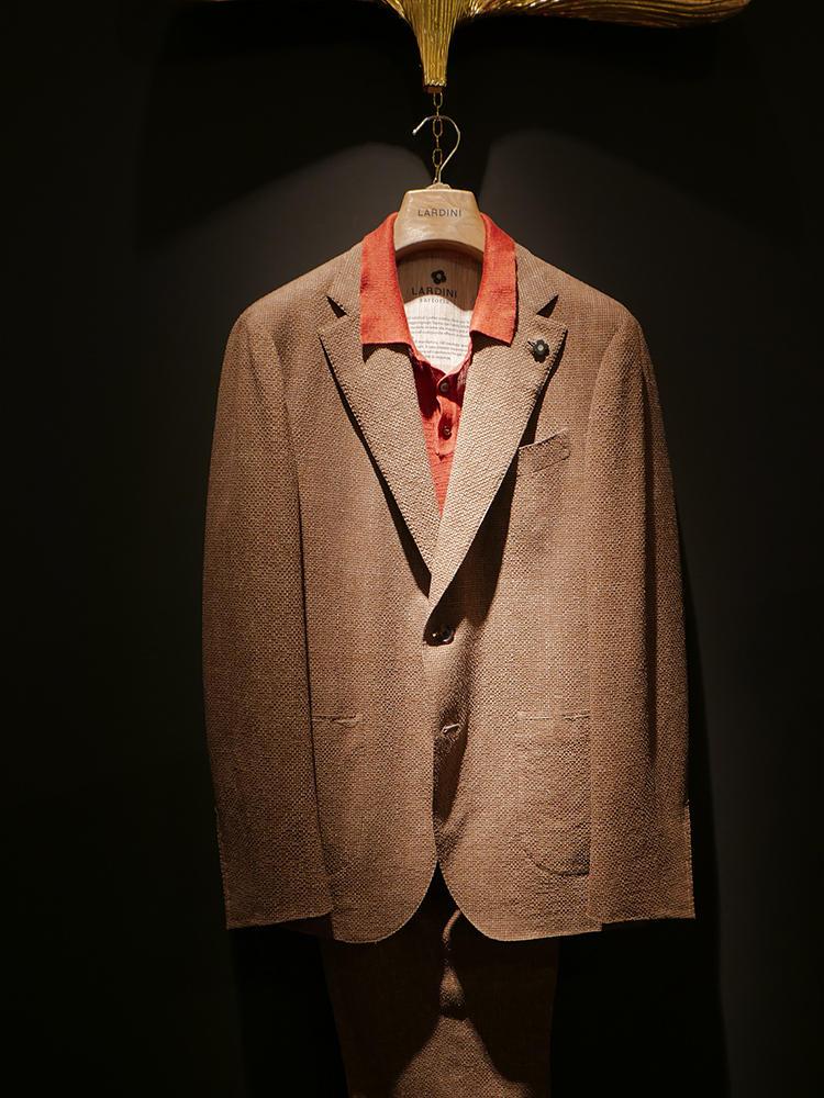 ラルディーニ。シャツ1、ジャケット1のシンプルな合わせも、オレンジ×ブラウンは絶好の相性。