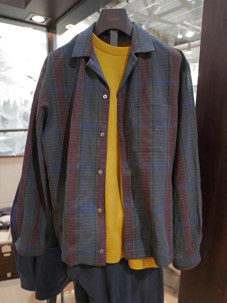 こちらはカモシタ。インナーにイエローを効かせて、上に羽織るシャツジャケはダークトーンに。ブラウンやグリーン系の色を使っているのでイエローとの相性抜群。