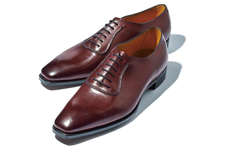 <b>ガジアーノ&ガーリング</b><br />ややダークなボルドーカラーを纏った定番の「ウェストバリー」。「ホールカット靴にスキンステッチでアデレードを作る贅沢さは、いつ見ても惚れ惚れします」(森岡さん)。20万円(トレーディングポスト青山本店)