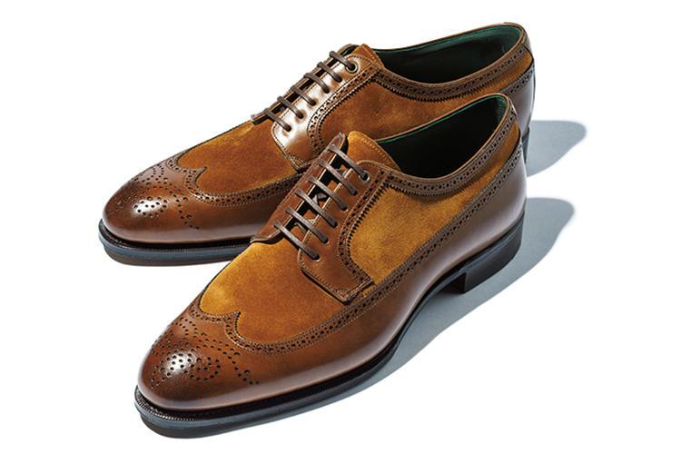 <b>カルミナ</b><br />キャメルスエード×茶カーフのロングウイングチップ靴。内装はグリーン。「英国のウイング靴にはない軽快さと洒落心を感じます。綿や麻のスーツに合わせても」(金森)。9月上旬発売予定。8万3000円(伊勢丹新宿店)