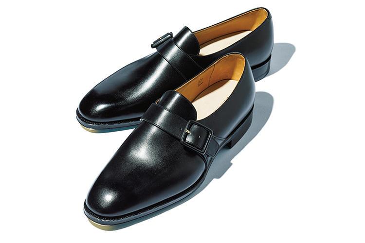 <b>カルマンソロジー</b><br />無駄な要素がなく少しモードなテイストも感じさせる優美な靴が評判の日本の気鋭ブランド。「とにかくシルエットが綺麗。バックルを黒で塗ったストイックさも今の気分です」(金森)。9万4000円(カルマンソロジー)