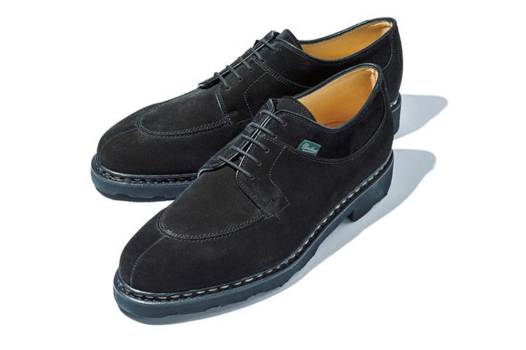 <b>パラブーツ</b><br />スプリットダービーの名作「アヴィニョン」の黒スエード版。「もともとオンオフ問わず履ける靴として人気ですが、黒スエードとなって一層シックさを増しています」(森岡さん)。6万5000円(パラブーツ青山店)