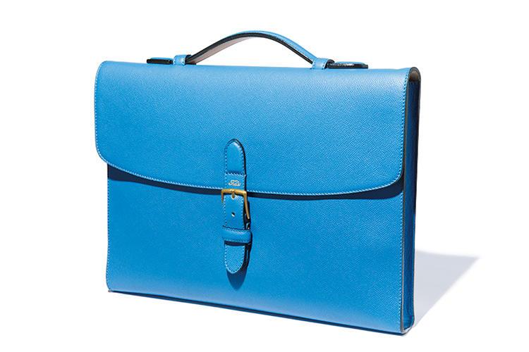<b>フェリージ</b><br />美しいブルーに染められたソフトなシボ革は、傷がつきにくく水にも強いのが特徴。「王道の紺スーツのエレガントなアクセントになります」(吉田さん)。縦28× 横38× マチ4cm。13万5000円(フェリージ 青山店)