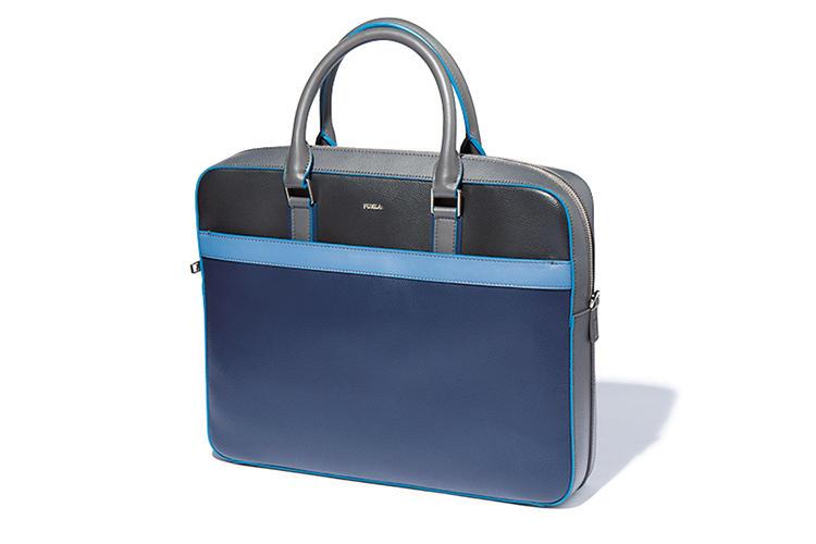 <b>フルラ</b><br />背面にはトロリーとの接続用のベルトも備えるマルチブリーフ。「紺、青、黒、グレーの4色を用いつつ、あくまでシックに仕上げるセンスがさすがです」(吉田さん)。縦28×横36×マチ6.5cm。7万3000円(フルラ ジャパン)