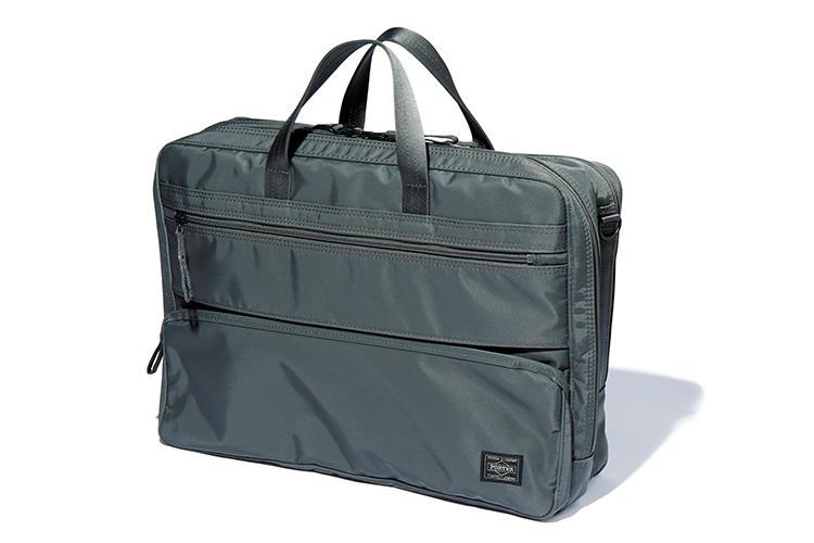 <b>ポーター</b><br />裏面に雨に強いPVC加工を施したナイロンツイル。「生地のハリと、内装のPC収納用の芯材などのおかげで軽いのに鞄全体に安定感があり、自立します」(金森)。縦30×横42×マチ10.5cm。3万1000円(吉田)