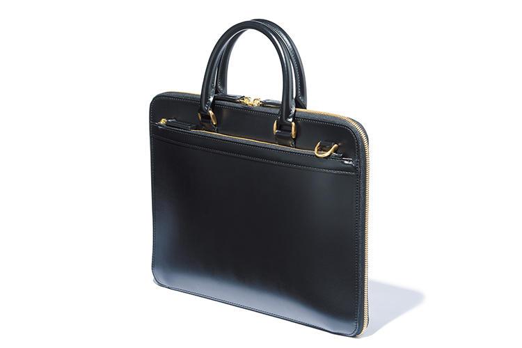 <b>ココマイスター</b><br />独の名門タンナー製の最高級ボックスカーフを贅沢に使用。金色金具もクラシカルな気品を高める。「洒落た薄マチながら重厚な存在感たっぷり」(森岡さん)。縦29.5×横40×マチ2.5cm。18万556円(ココマイスター)
