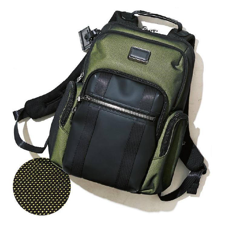 <b>トゥミ</b><br />都会派スポーツ鞄の定番アルファブラヴォの新作は、グリーンのリフレクター素材を採用。「ネオングリーンが、よりスポーティ」( 安岡さん)。縦40.4×横35.5×マチ16.5cm。9月中旬発売予定。6万9000円(トゥミ・カスタマーセンター)
