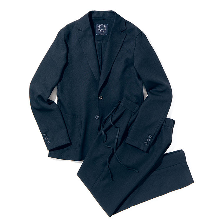 <b><font color='#F39800'>T-JACKET/ティージャケット</font><br />軽快なジャージーでもきちんと見えるシルエット</b><br />ジャケットをTシャツ感覚で羽織る。ブランド名が示す通り、その着心地は至極快適。ポリエステルによるスポーティなムードは、カジュアルなインナーともよく馴染む。パンツにはドローコードがつき、着脱も楽チンだ。スーツ8万円(伊勢丹新宿店)