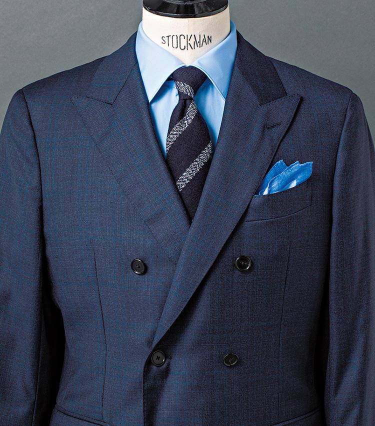<b>3.青を基調に、白のレジメンタルストライプをさらりと利かせる</b><br />コントラストの浅い、奥ゆかしいネイビーのグレンチェック生地を用いたダブルスーツを軸に、青系のグラデを構築。ダブルならではの堂々たる風格と、爽やかな見た目を両立したコーデだ。ポイントはやはり、紡毛ネイビータイ。ふっくらした起毛感がVゾーンの印象を和らげるとともに、メランジがかった白のストライプが、洒脱なアクセントを添える。