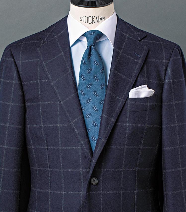 <b>5.紡毛ネイビースーツなら、カントリー柄もグッと都会的に</b><br />ウインドウペーンに象徴されるカントリーチェックの紡毛生地は、ほっこりした温かみが醍醐味。ブラウン系だとそのテイストはさらに強まるが、清潔感のあるネイビーなら、日々のビジネススタイルにも取り入れやすい。ここでは、サックスのクレリックシャツやウールのペイズリータイを合わせ、今どきな英国テイストを強調。青基調で爽やかにまとめた。