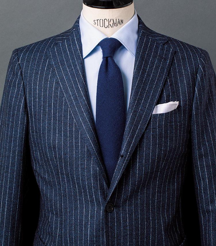 <b>1.ストライプスーツを主役に鉄板のブルーグラデを構築</b><br />クラシック然としてアクの強いチョークストライプも、メランジ調だとどこかフランクな見映えになって取り入れやすい。スーツに豊かなニュアンスがあるため、シャツタイはシンプルに徹するのが基本。ここではサックスのツイルシャツ&ネイビーのカシミアタイを合わせて、爽やかなブルーグラデを構築した。好印象間違いナシの、鉄板コーデといえよう。