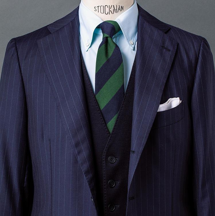 <b>\ベストの基本/<br />1.ブルー系のグラデの中でグリーンを新鮮なスパイスに</b><br />ストライプタイは誰もがお持ちだろうが、このようにはっきりしたグリーン縞のタイとなると中々勇気がいるだろう。とはいえ、このタイはもうひとつの縞がネイビーゆえ、紺ベストがあれば簡単。スーツやシャツもブルー系でまとめれば、グリーンが端正さの中のほどよい彩りに。さらにベストでVゾーンを狭めることで、トラッドな気品まで香ってくる。