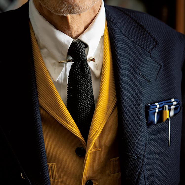 白シャツに黒ニットタイを合わせたスーツスタイル