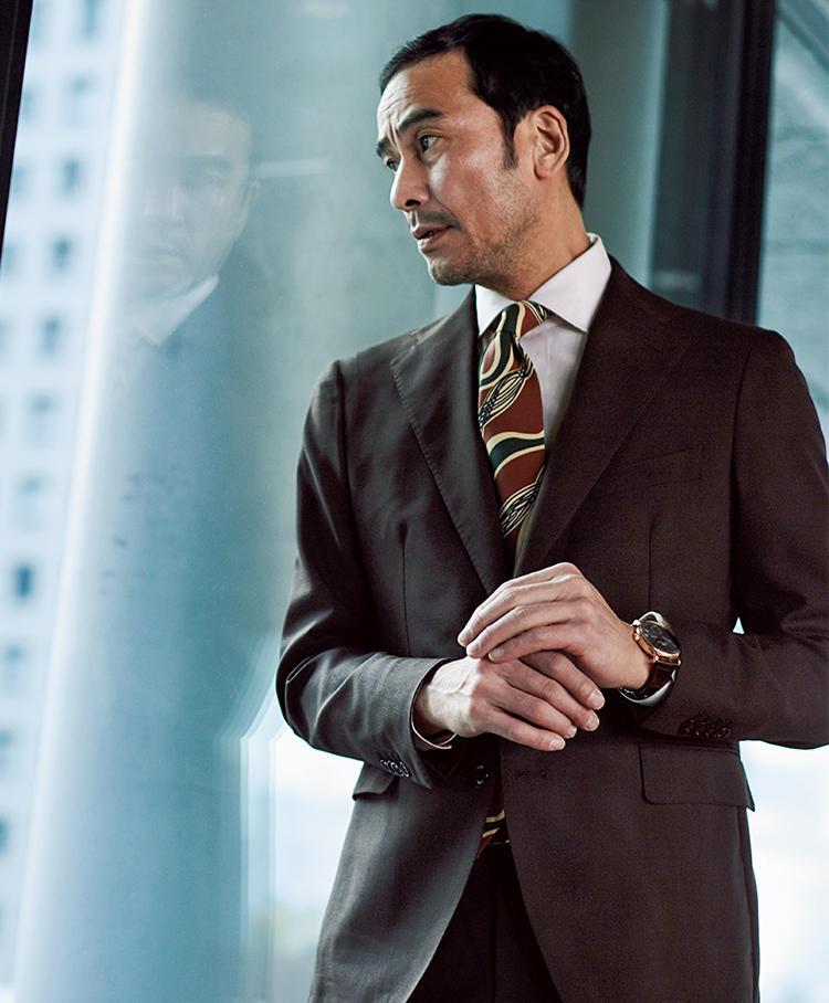 ブラウンスーツを着た上司