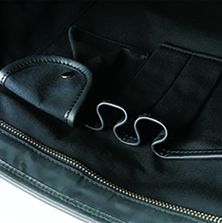 <b>充実したポケットのおかげで整理整頓しやすい</b><br />収納力もエグゼクティブに愛されるゆえん。内部には大小のポケットのほかに、フラップポケットやペンホルダーも装備されている。