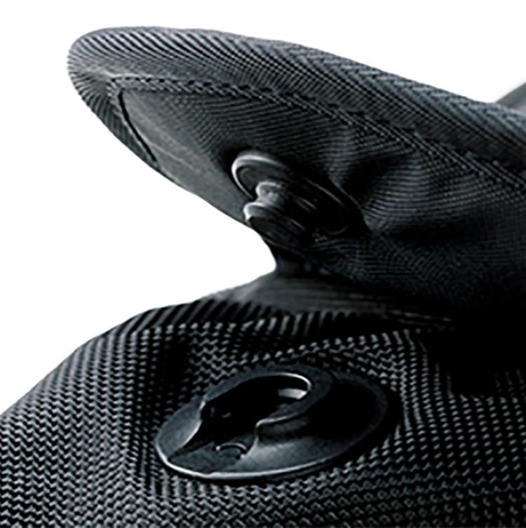 <b>独特な仕様のマグネットポケットは防犯性も高い</b><br />フロントポケットは、マグネット付きのスライド式ホック仕様。開きっぱなしになりにくいので、防犯面でも安心できる設計なのだ。