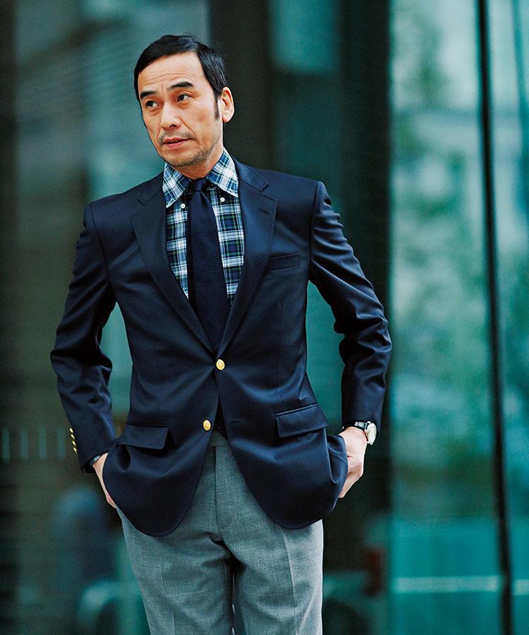 紺ブレ×パンツスタイルのモデル