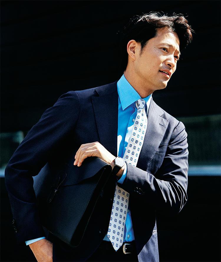 白ネクタイ×スーツを着たモデル