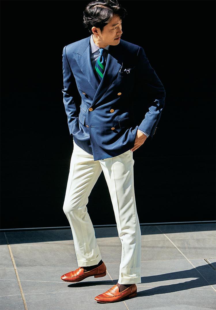ジャケット×白パンツを着用したモデル