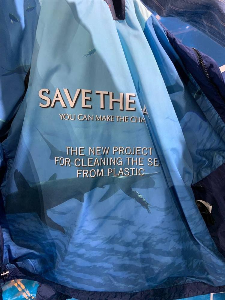 「サステナビリティ」「環境に配慮した」という言葉も各ブランドから多く出てきた。とくにヨーロッパの洋服ブランドでは、こういったテーマを意識し、全面的に出しているところが今まで以上に増えている。ポール&シャークでは「SAVE THE SEA」のメッセージをあしらったアウターも登場。