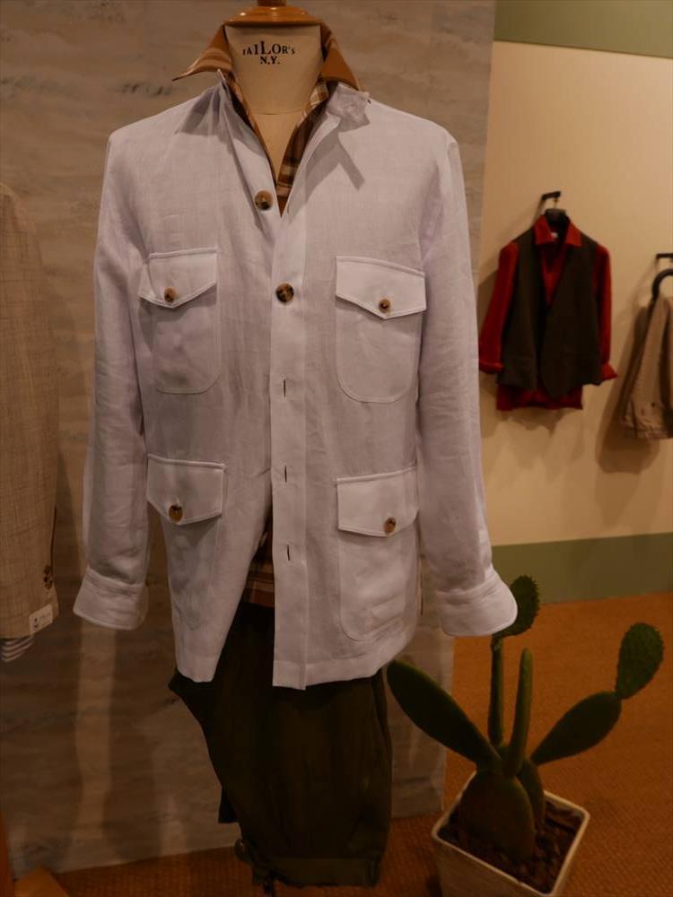 2019年秋冬に続き、2020年春夏もシャツブランドでは「ポケットシャツ」が多く登場した。4ポケットや2ポケット、アウター感覚で着られるものが揃う。こちらはエリコ フォルミコラ。