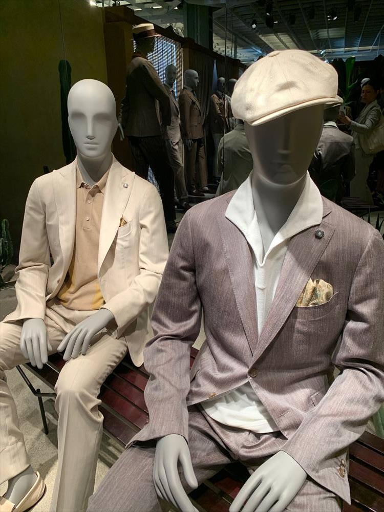 とにかくどこのブランドでも多かった「スーツやジャケット×ノータイ」のコーディネート。タイドアップのディスプレイはめっきり減って、オープンカラーのシャツやニットポロなどを組み合わせたスタイリング例が多様に。日本の夏にも応用したいスタイルだ。こちらはラルディーニ。