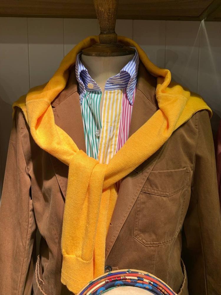 カラフルな色を組み合わせたコーディネート。クレイジーパターンシャツやビビッドカラーニットの肩掛けなど、ちょっと懐かしいテイストのルックは休日スタイルの参考にしたい。素材を変えればそのまま今年の秋冬にも応用できそう。こちらはドレイクス。