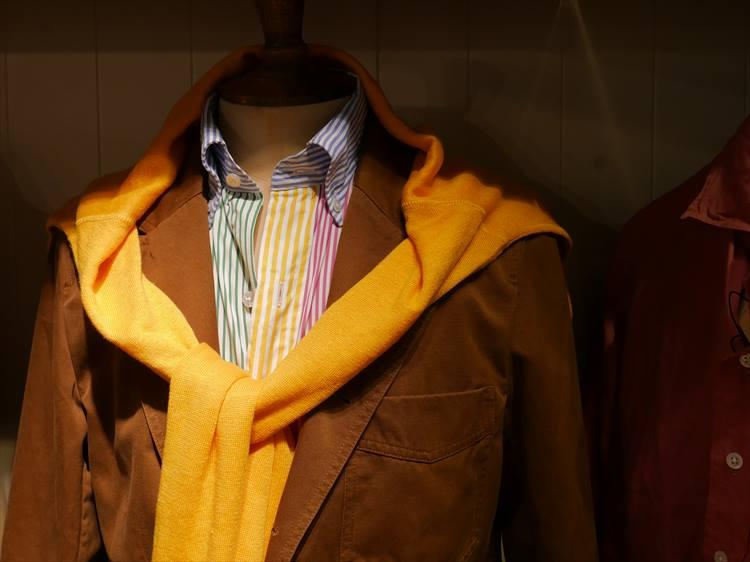 <strong>DRAKE'S</strong><br />ドレイクスは、クレイジーパターンのカラーBDシャツに、ビビッドなカラーニットを肩掛け。ニットの色とシャツのストライプの色をリンクさせるのがコツだ。秋口の休日に真似してみたいスタイル。
