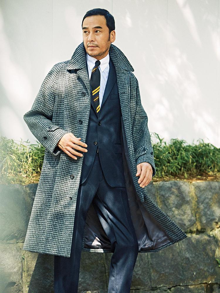 スーツにツイードコートを羽織ったモデル