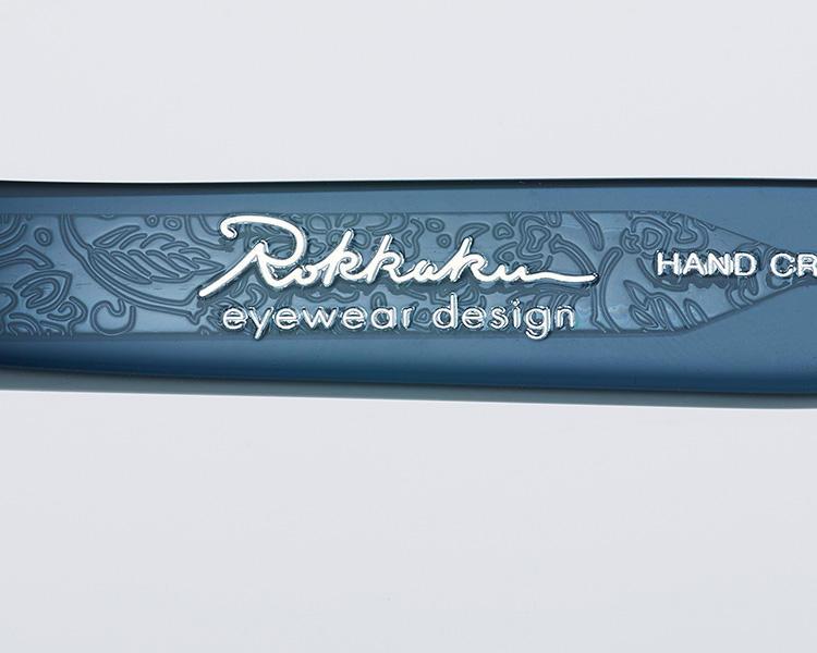 <strong>【こだわりの証を流麗な刻印に】</strong><br />もう片方のテンプル内側には、こだわりのブランド名。流れるような筆記体も美しい。