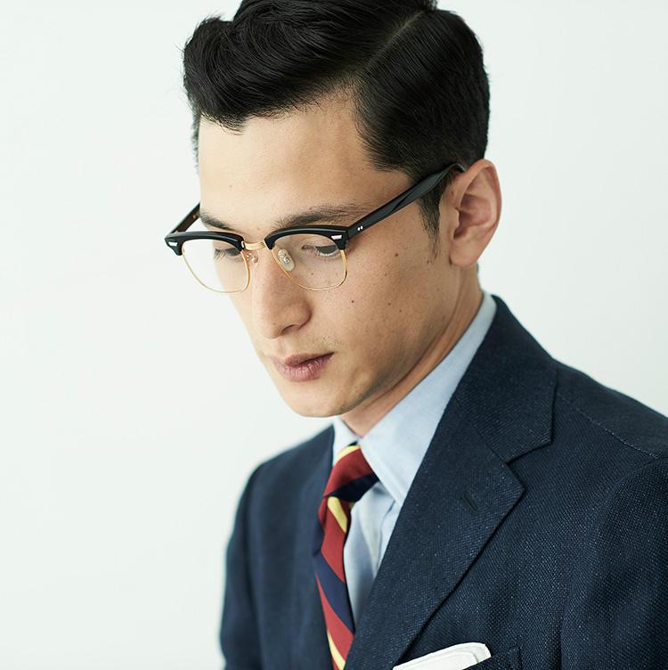 視線を落とすような角度でもメガネの存在感が薄まらないのがブロウならでは。ただしリムは細メタルのためクドさは皆無だ。
