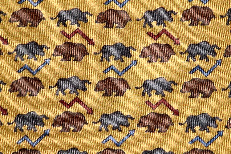 よく見ると、証券取引などで使われる金融用語の「ブル・ベア」を意味しているという、ウィットの効いた柄! ブル(Bull)は強気=雄牛が角を下から上へ突き上げるように相場の上昇を意味し、ベア(Bear)は弱気=熊が背中を丸めているように相場の下落を意味する。