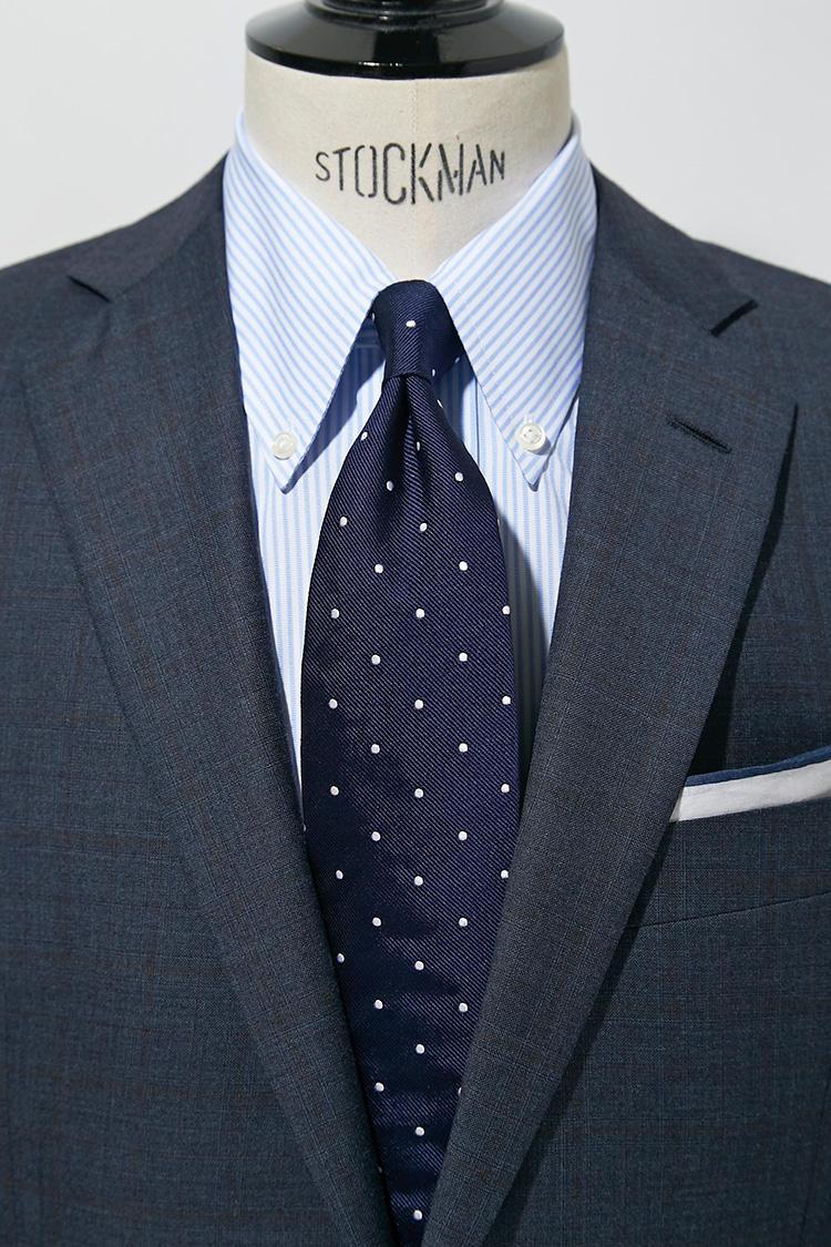 オーソドックスなミディアムグレー系のスーツは、白シャツ紺ネクタイなら間違いないが、ここでシャツをロングポイントのサックスストライプシャツにしてみると印象が若々しくなる。さらにピッチをずらして間隔広めの紺ドットタイでシックな印象に。スーツ13万円、チーフ5000円/以上ブルックス ブラザーズ