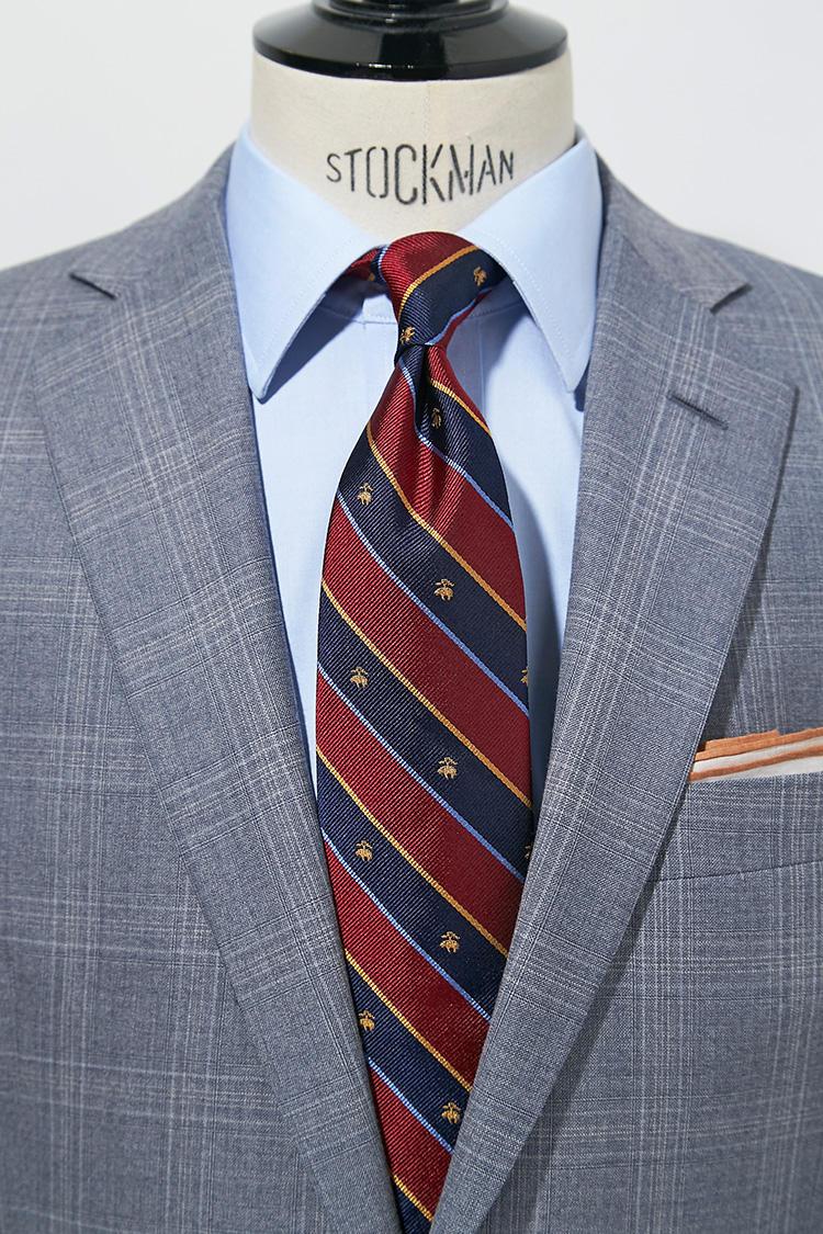 ライトグレーとサックスブルーも好相性。紺×赤のくっきりしたストライプに、さらにクレスト柄が加わることで存在感が増してくる。スーツ13万円、チーフ5000円/以上ブルックス ブラザーズ