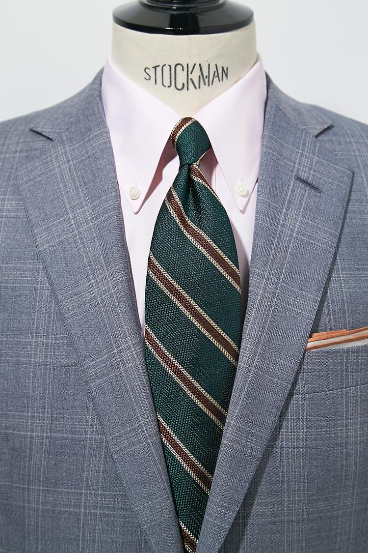 ライトグレー系のスーツに白シャツだと真面目な印象だが、ここで淡いピンク色をさすと少し柔らかさが生まれる。対してグリーンのネクタイでコントラストを出して引き締め効果も。スーツ13万円、チーフ5000円/以上ブルックス ブラザーズ
