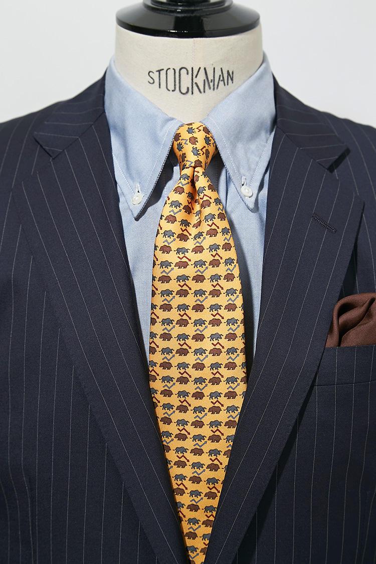 堅めな印象のある、グレーのストライプスーツ。ここにブルーのBDシャツ+イエローの小紋柄で、若さをプラス。スーツ9万9000円、チーフ6000円/以上ブルックス ブラザーズ