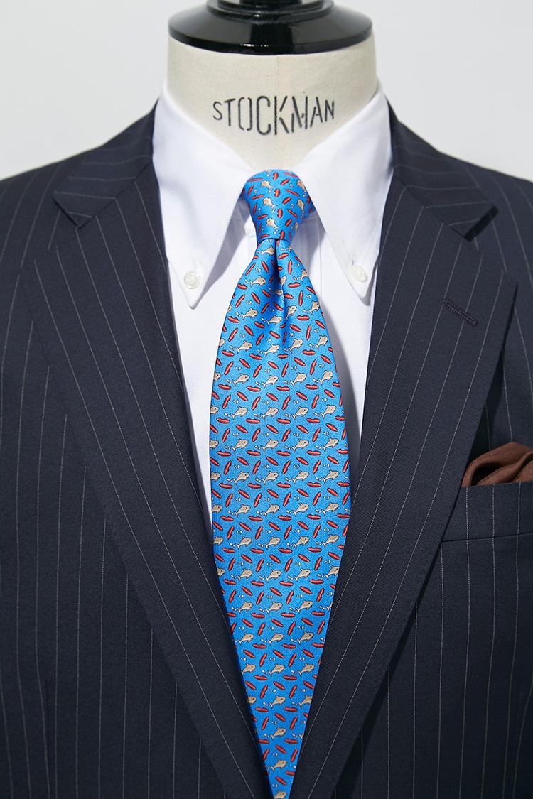 白のBDシャツに、クラシックな小紋柄かと思いきや、実はサメ柄! 近くで見ると「くすっ」と笑えるネクタイも、仕事相手との会話のきっかけになることもあるのだ。スーツ9万9000円、チーフ6000円/以上ブルックス ブラザーズ