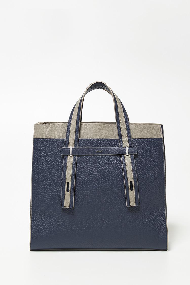 ドレスコードが緩めのオフィスなら「GIOVE L カジュアル トートバッグ」もおすすめ。ハンドルは、汎用性に優れた二段階調節。短くすればトートに変身し、角張った男性的なフォルムもあって、ブリーフケース感覚で携えられる。縦35×横37×マチ13.5cm。9万2000円