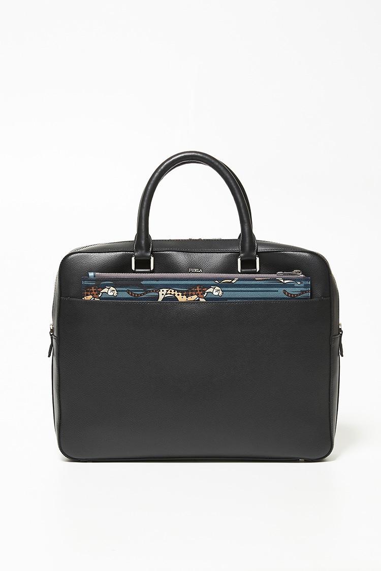一方、クラッチバッグのチーター柄を見せれば「ビジネスバッグに遊び心を取り入れることができます」。さりげなく目を惹く柄は、良きコミュニケーションツールにもなるはずだ。