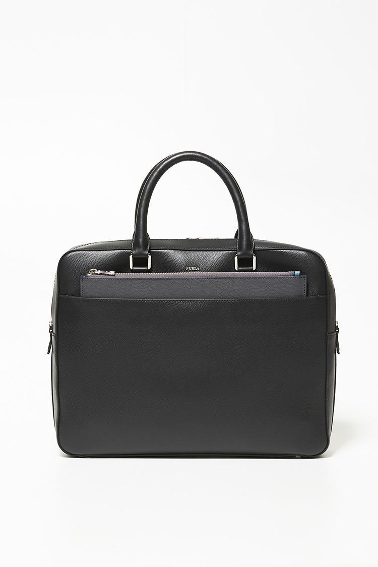 前述のクラッチバッグは、ブリーフケースの外ポケットにジャストサイズ。ファビオ氏いわく「ポケットからクラッチの黒い面を覗かせれば、控えめな印象になります」
