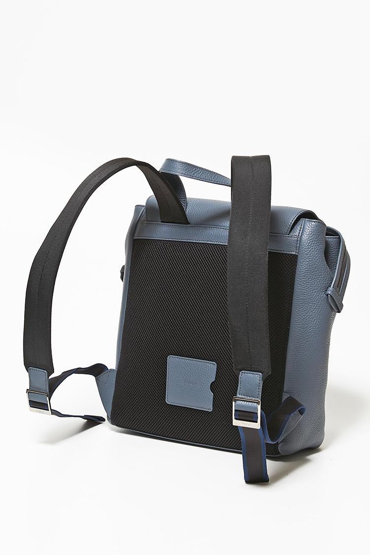 革製バックパックの背中部分にはメッシュパッドが施され、背負い心地が柔らか。ストラップもパッド入りで、荷物の重さを分散して肩に食い込むことがない。