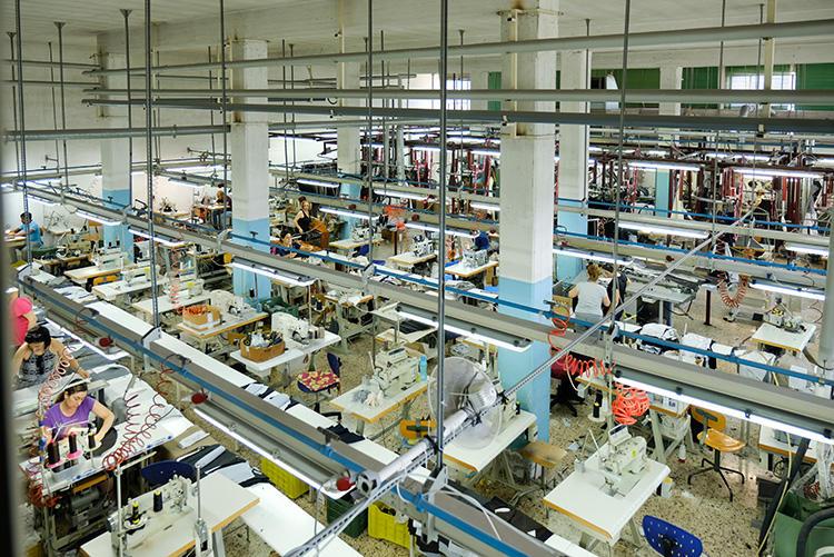 こちらはパンツ用の工場で、70人以上が勤務。