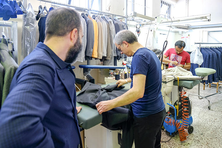 アントニオも、工場に毎日いって監修する。