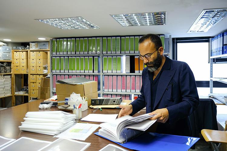 資料室は、几帳面に過去の染色生地データがファイリングされている。