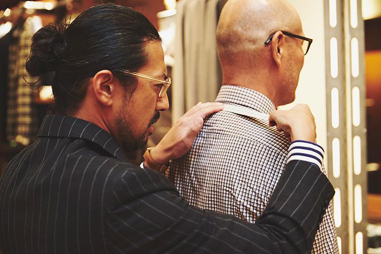 <strong>要所の首&肩回りは特に入念に</strong><br />ジャケットのフィットを左右する首〜肩は、体型の特徴が出やすいところのひとつ。入念に採寸してクセを把握。