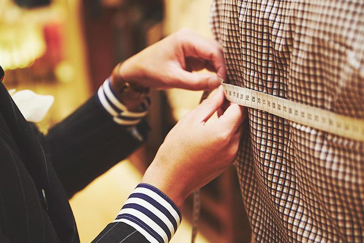 <strong>各所の寸法をしっかり把握</strong><br />最終的にはサイズサンプルをベースに修正していくが、試着前に各所の寸法をしっかり計測していく。