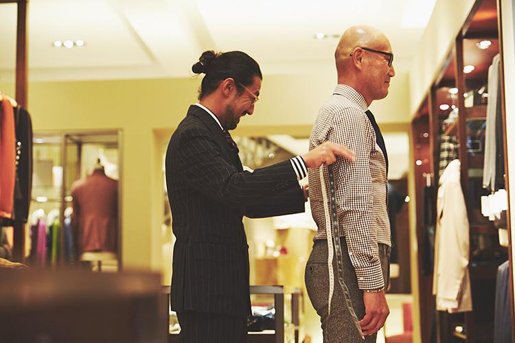 <strong>「上着とパンツでサイズが違うんです」</strong><br />「既製品を買うときは、ジャケットとパンツを別のサイズで買ったりもしています。でもそれだと選択肢が限られるんですよね」(森岡) 「そういう方、結構いらっしゃいます。オーダーならそのあたりも解決できますよね」(猪瀬)